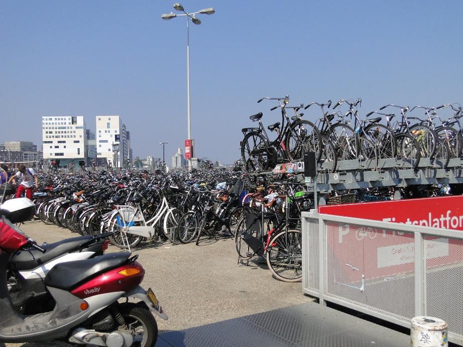Junto da estação de trem ficam os maiores estacionamentos de bicicletas, com o nosso hotel ao fundo