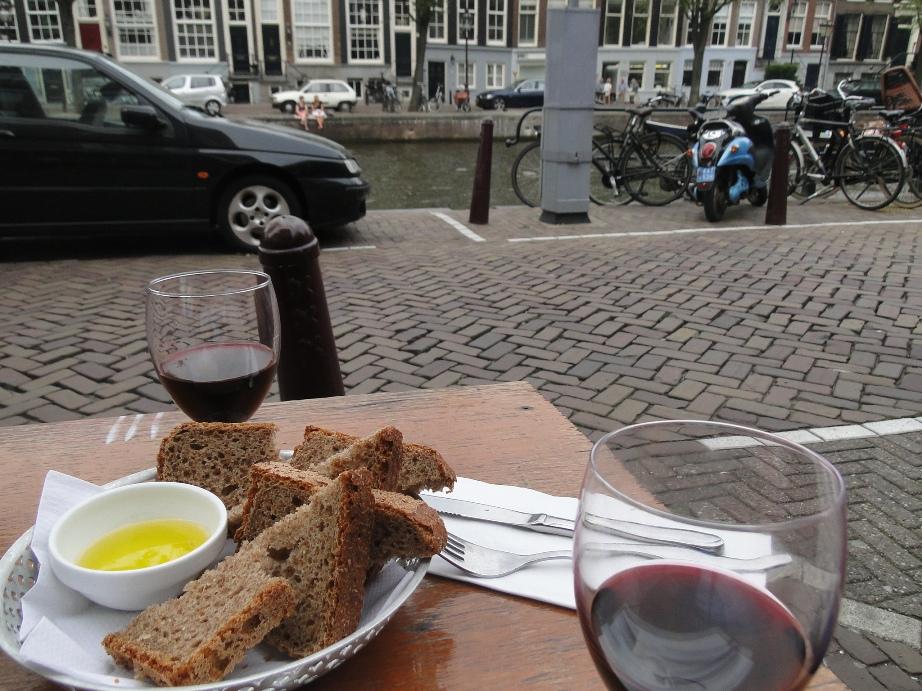 Parada estratégica num bar ou café com vista para a rua e o canal
