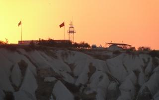 Pôr do sol deixa o céu em cor rosa por causa da cor das rochas