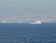 Saindo do porto de Pireus, se afastando de Atenas