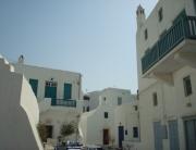 Rua com prédios no centro de Mykonos