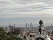Barcelona vista do Parc Güell com o Mediterrâneo como testemunha: a Sagrada Família esq) e duas duas torres que já foram as maiores da Europa,