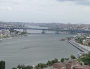 Estuário do Corno de Ouro separa a área europeia de Istambul em duas partes