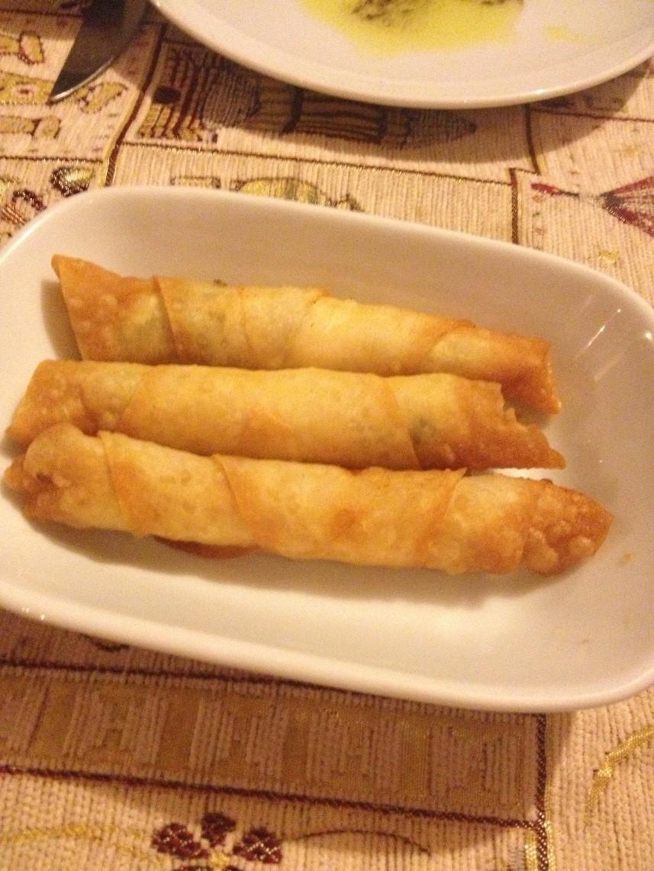 Rolinhos fritos são servidos quentes e bem sequinhos, normalmente recheados com queijo