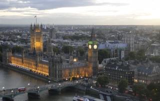 O parlamento britânico e a torre do relógio, onde fica o Big Ben