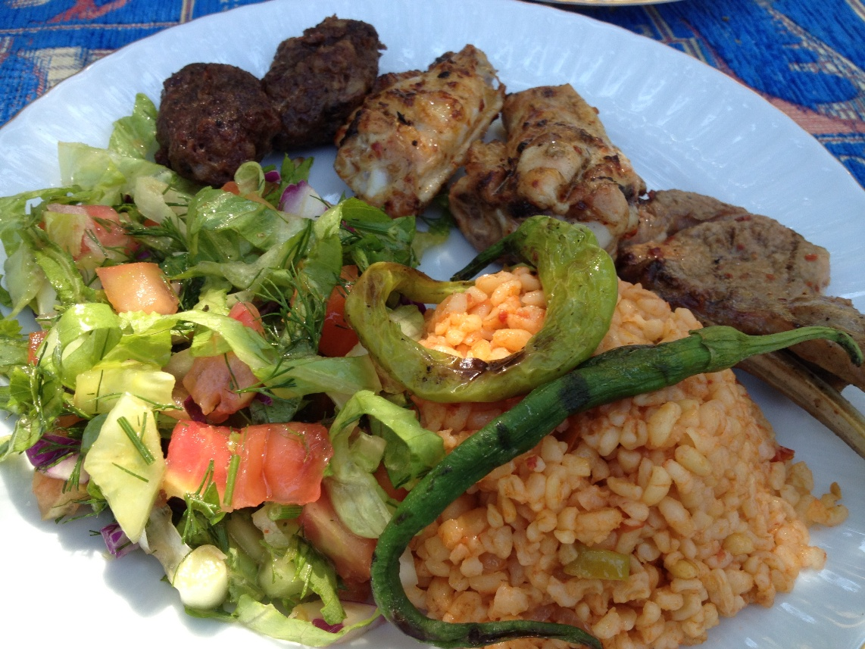 Churrasco com arroz vermelho e salada no Vale de