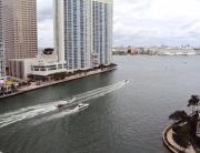 Lanchas nos canais e na baía: cenário da América que deu certo