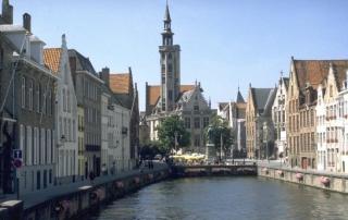 Prédios e canais, outro cenário típico da cidade