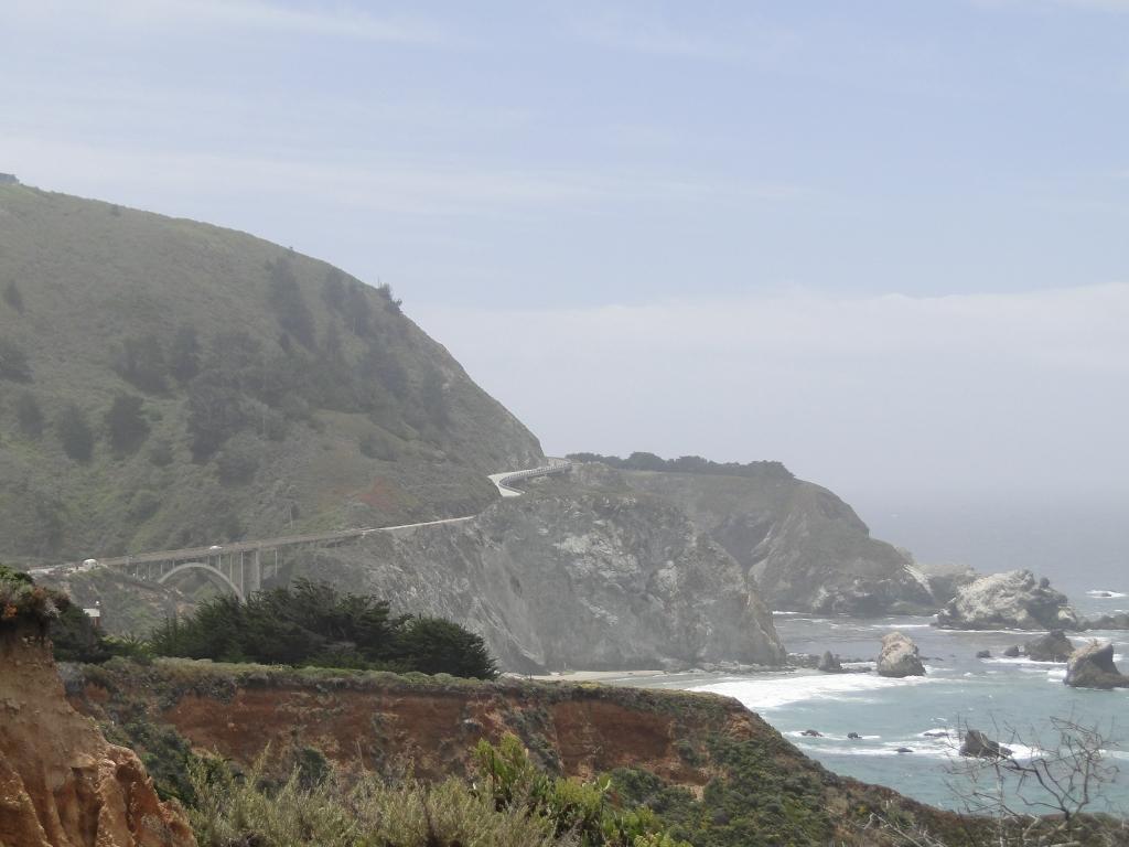 A Highway 1, que tem grande trecho à beira do Oceano Pacífico, um recorte entre a a montanha e o mar