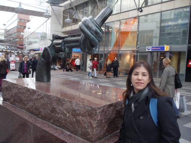Escultura contra a violência foi um presente para a Princesa Victoria e está no centro da cidade