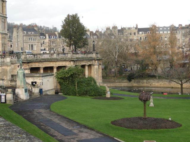 Uma vista geral de Bath, com os seus prédios que usam um só tipo de pedra